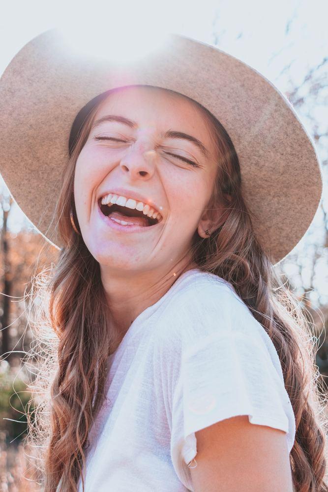 Smil bredt siden tannlegen er en kul type